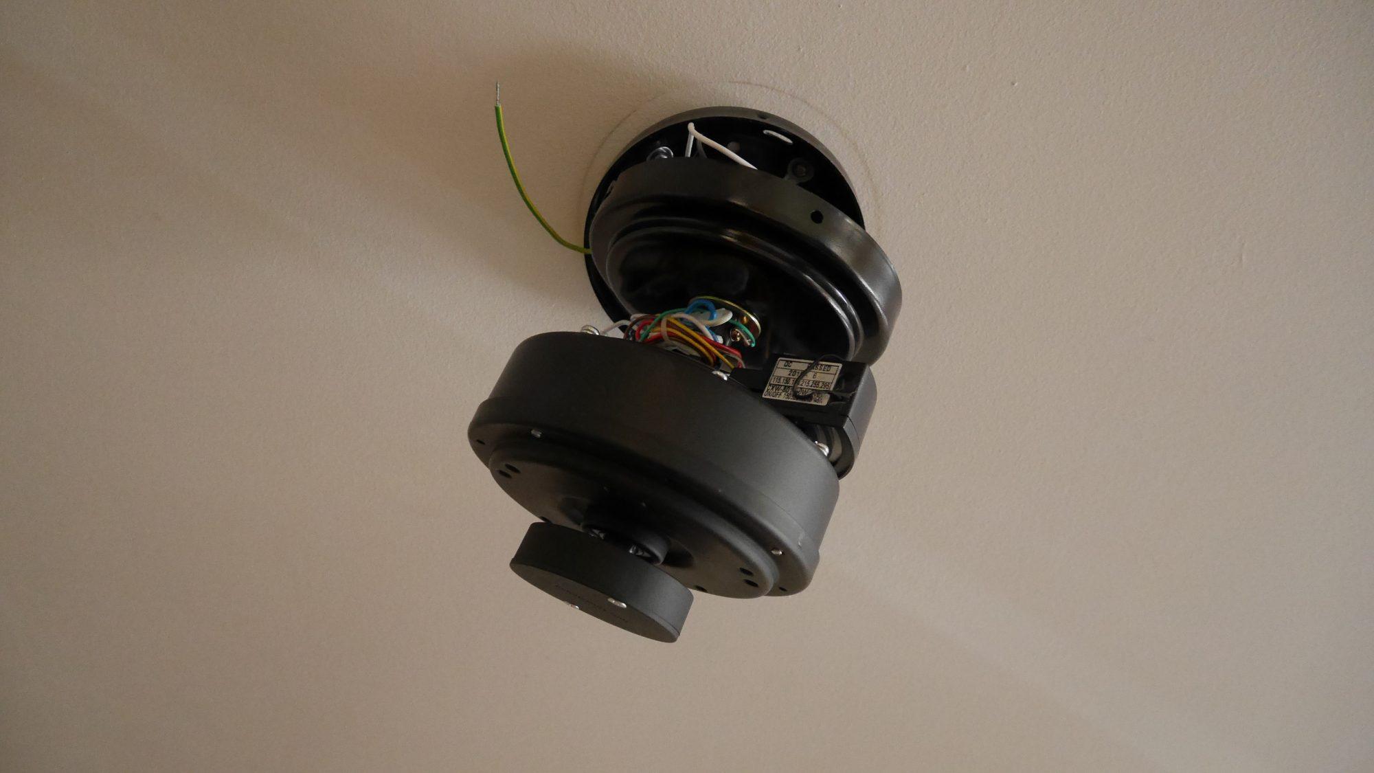 3 – fixer le moteur au support plafond